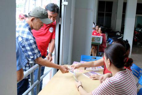 Nguoi ham mo TP.HCM khong ngai nong buc xep hang mua ve xem U.20 Viet Nam - Anh 8