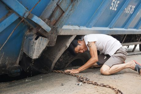 Chum anh: Giai cuu xe rac sup ho tu than o trung tam Sai Gon - Anh 1